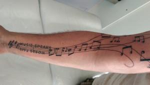 Den Tumi piercing en tattoo (16) muziek music