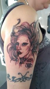 Den Tumi piercing en tattoo (56) lady gaga